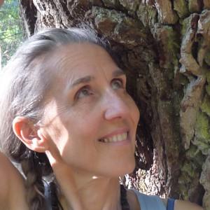 Marie Lorette Jenny, portrait à l'écoute de l'arbre près de la mare aux fées
